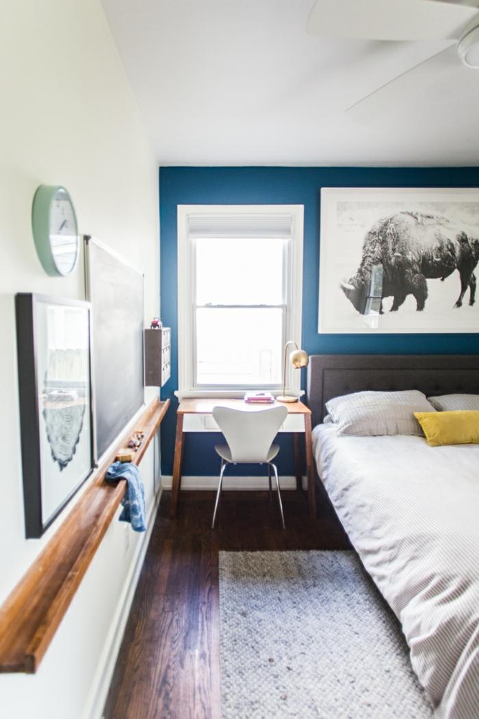 chambre à coucher bleue et blanche, grand tableau avec peinture animal, petit bureau et chaise scandinave