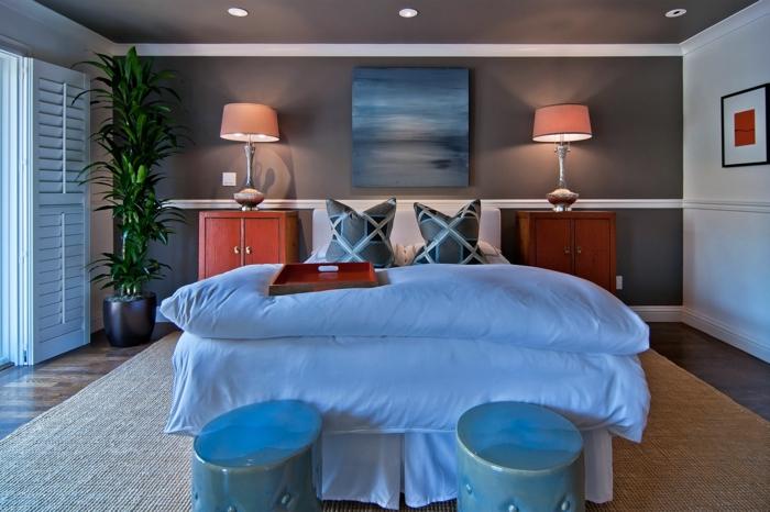 chambre à coucher romantique, deux tabourets gris, chevets rouges, lampes abat-jour, mur gris anthracite et mur blanc