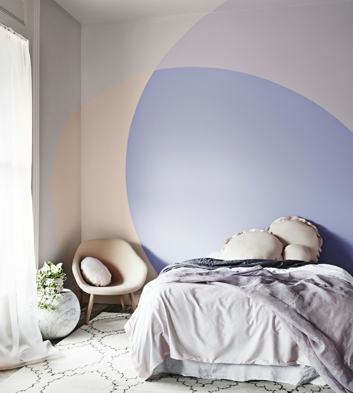 modele de couleur peinture pour chambre, chaise rose, coussins rose pastel, peinture pour chambre motif géométrique couleurs pastels