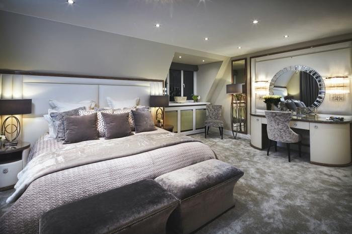 chambre à coucher en deux couleurs, lit gris, tapis gris, grand miroir et table coifeuse, spots encastrés, chambre gris et blanc
