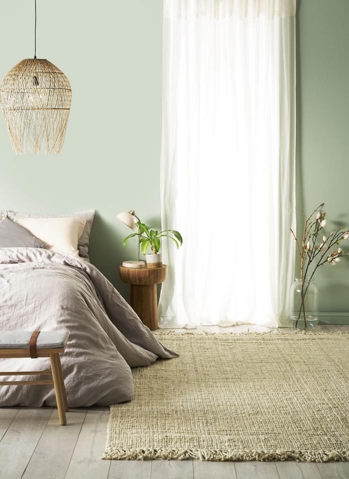 quelle peinture pour chambre adulte tendance, exemple chambre à coucher aux murs vert pâle avec parquet bois