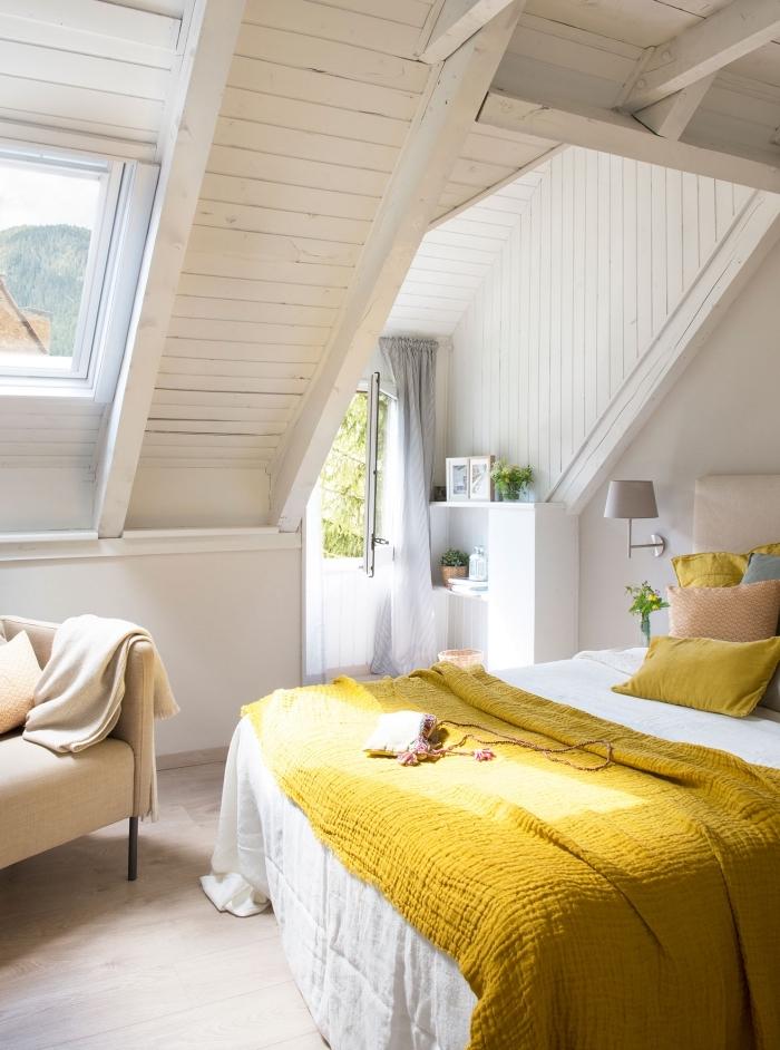exemple aménagement chambre sous combles, déco cozy avec revêtement mural et plafond de bois clair, chambre féminine avec deco jaune moutarde