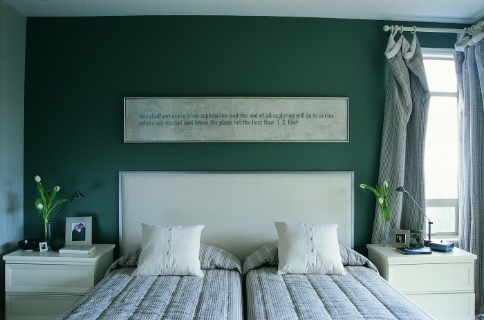 quelle peinture pour une chambre parentale, déco de pièce en vert foncé et beige avec accessoires de couleur gris clair