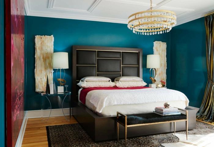 grand plafonnier baroque, peinture chambre adulte 2 couleurs et grand panneau bordeaux, tentures murales, chambre en bleu et blanc