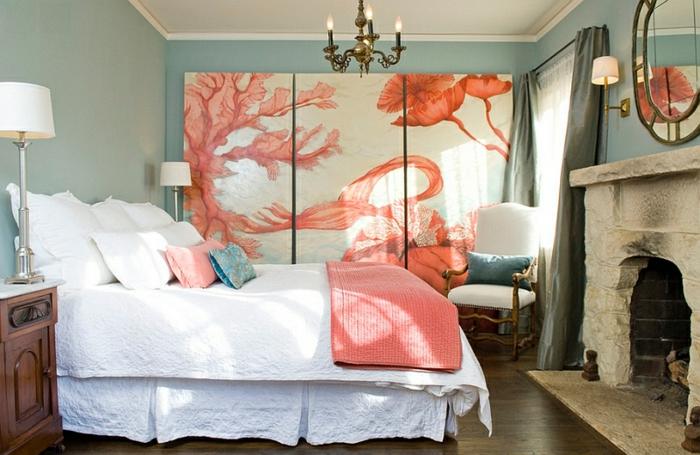 chambre à coucher avec cheminée, grand lit blanc, chandelier, mural décoratif, grand panneau abstrait