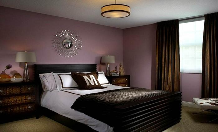 peinture pour chambre mauve et gris, plafonnier rond couleur ocre, miroir soleil, commode de chevet en bois, rideaux marrons