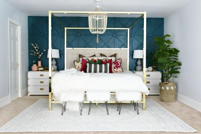 chambre à coucher éclectique, chevets blancs aux poignées dorées, plafonnier oriental, mur bleu, tapis blanc