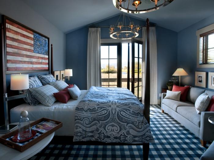 peinture mur chambre à coucher, chambre en bleu et blanc, sofa gris, tapis aux carreaux, tête de lit drapeau américain