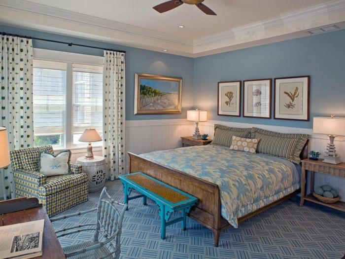 tapis géométrique, bureau en bois, banquette turquoise, lampe ventilateur, rideaux pointillés, chambre shabby chic en bleu et blanc