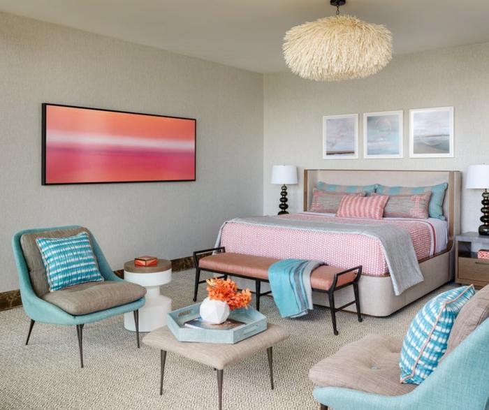 chambre à coucher en rose et bleu, plafonnier blanc original, table basse carrée, banquette de lit nuancier pantone, tableau abstrait