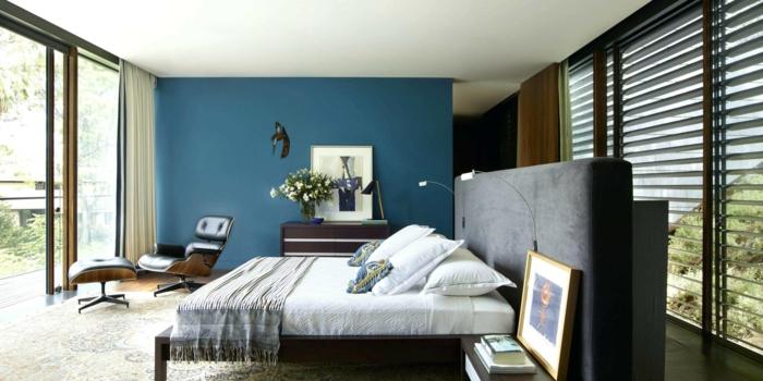 peinture pour chambre bleu et blanc, grande tête de lit, grand mur vitrée, fauteuil ergonomique
