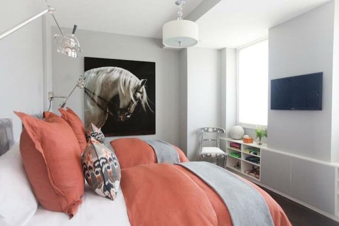 grand lit, parures de lit couleur pantone de l'année 2019, tableau art portrait cheval blanc
