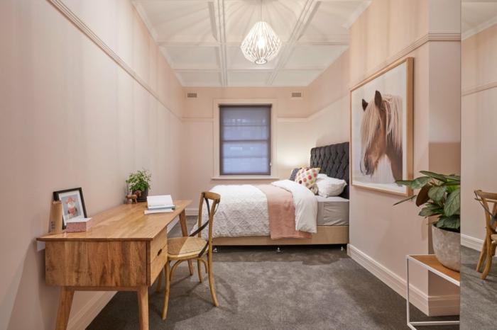 peinture chambre romantique, couleur mur chambre rose, plafond blanc, bureau en bois clair