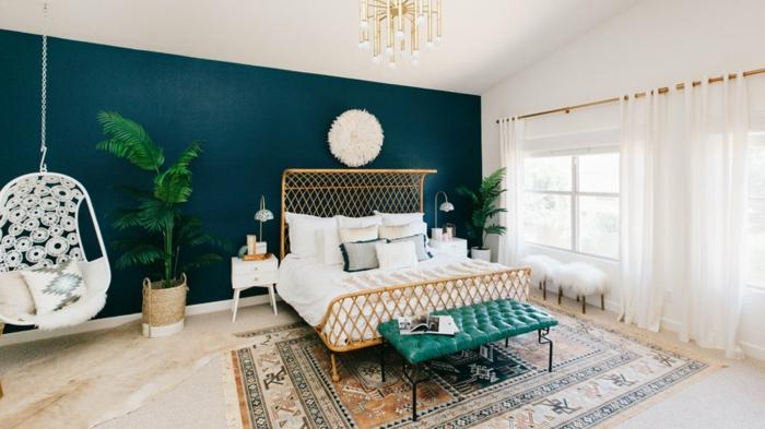 deco chambre peinture bleue et blanche, banquette turquoise, tapis ethnique, plante verte, chaise oeuf blanche, rideaux blancs