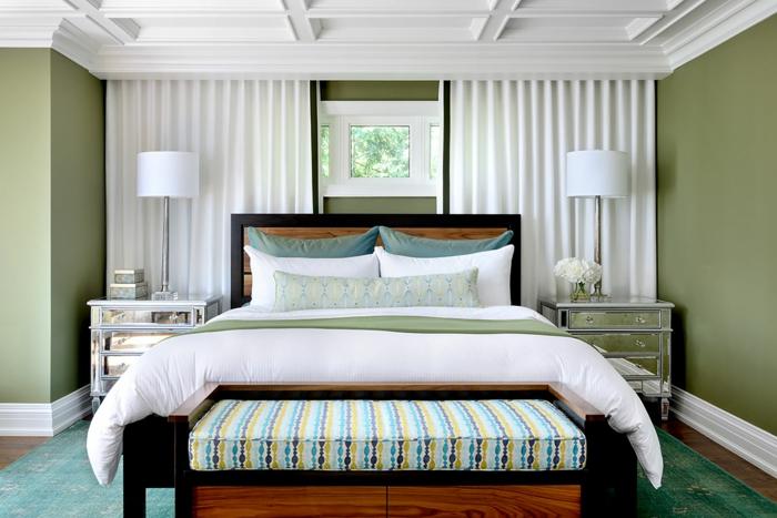 deco chambre peinture blanc et vert, banquette de lit, rideaux blancs, coussins bleus