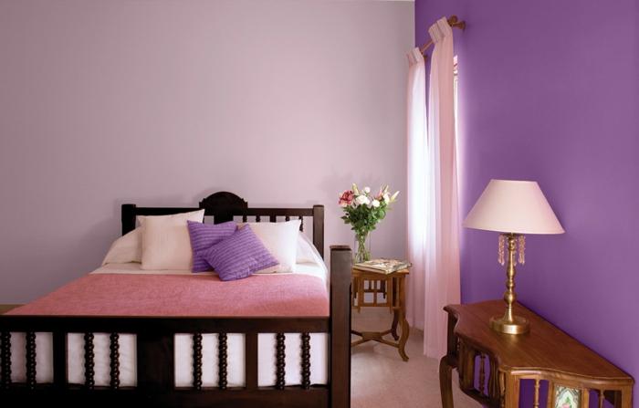 chambre à coucher de gamme lilas-violet, lit rose, console en bois baroque, petite fenêtre et rideaux roses, couleur mur chambre sucrée