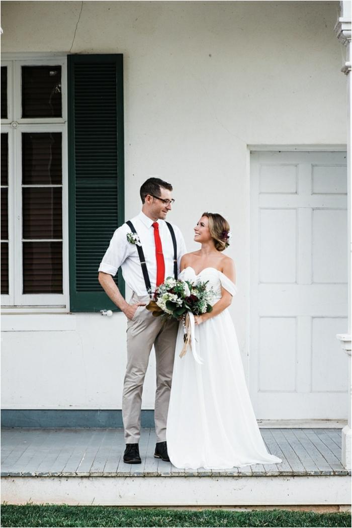 basquette habille homme, pantalon gris, chemise blanche, bretelles noires, cravate rouge, tenue mariage homme décontracté