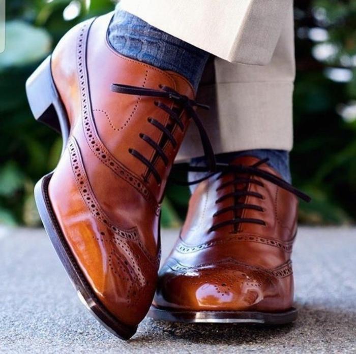 chaussure homme marque, chaussettes bleues, chaussures marron à lacets noirs, pantalon beige