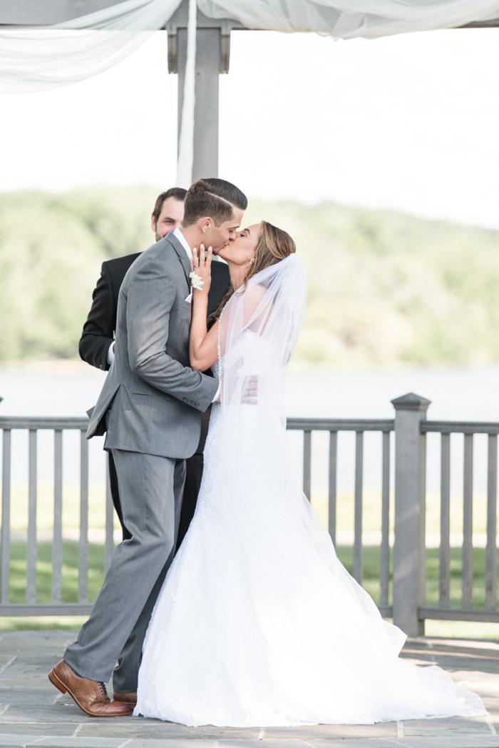chaussure tendance homme, costume grise, robe de mariée blanche, témoin de mariage costume noire