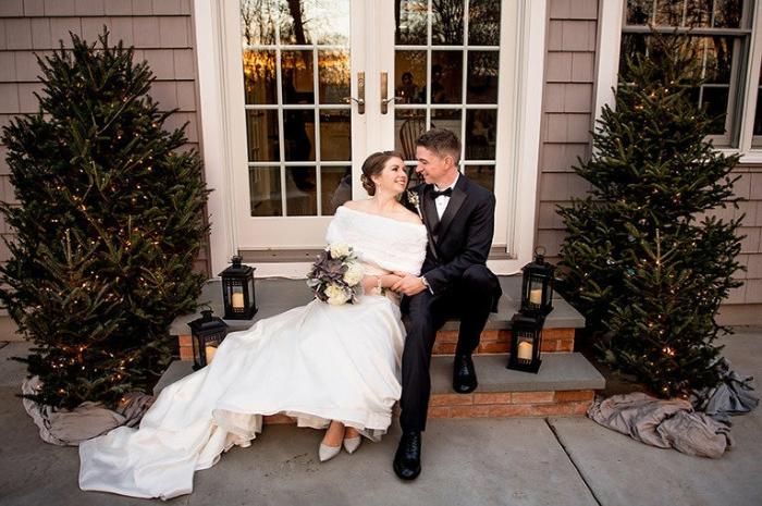chaussure homme marque, souliers noirs, robe de mariée longue traine, escaier devant une maison décoré de lanternes