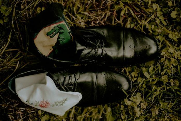 chaussures homme laquées noires, mouchoir de poche blanc, chaussure ouverte homme noire