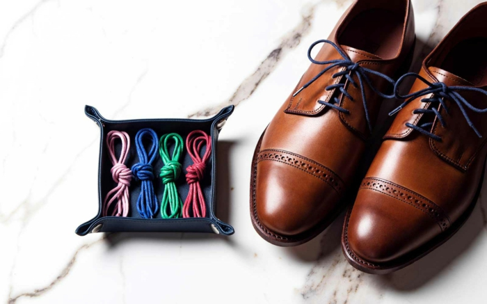 chaussures marron homme à lacets, brogues marron, lacets colorés, sol marbre blanc