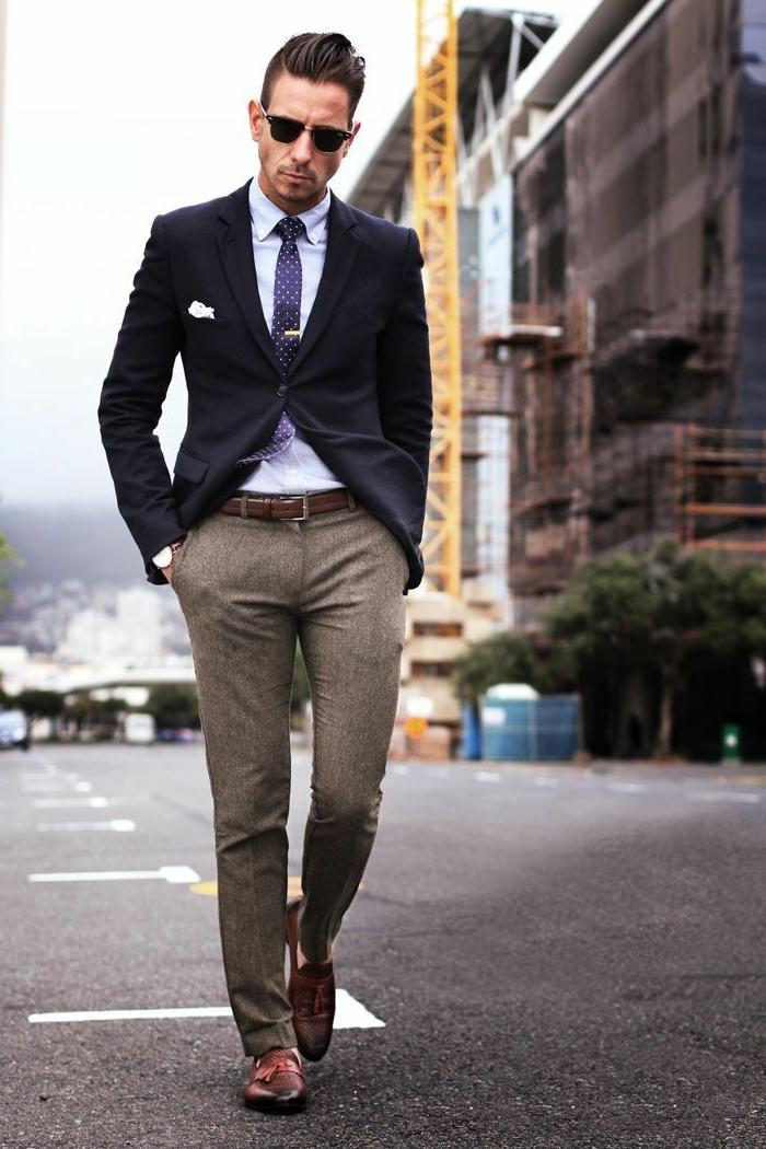 chaussure tendance homme, pantalon en tweed beige, ceinture marron, chemise blanche, ceinture marron, lunettes de soleil