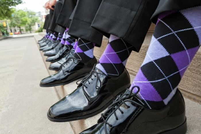 tenue mariage homme décontractée, chaussettes lilas et noir et chaussures en laque noire, pantalon gris foncé
