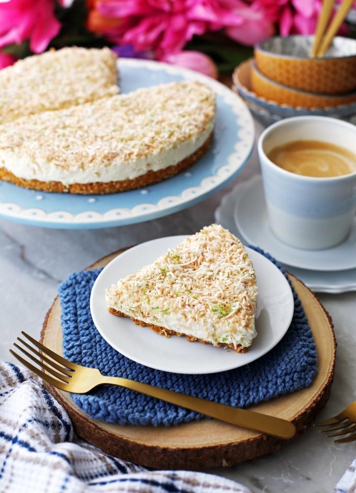 gateau mascarpone sans cuisson, recette de cheesecake au mascarpone, à la noix de coco et au citron servi dans une assiette sur un rondin de bois