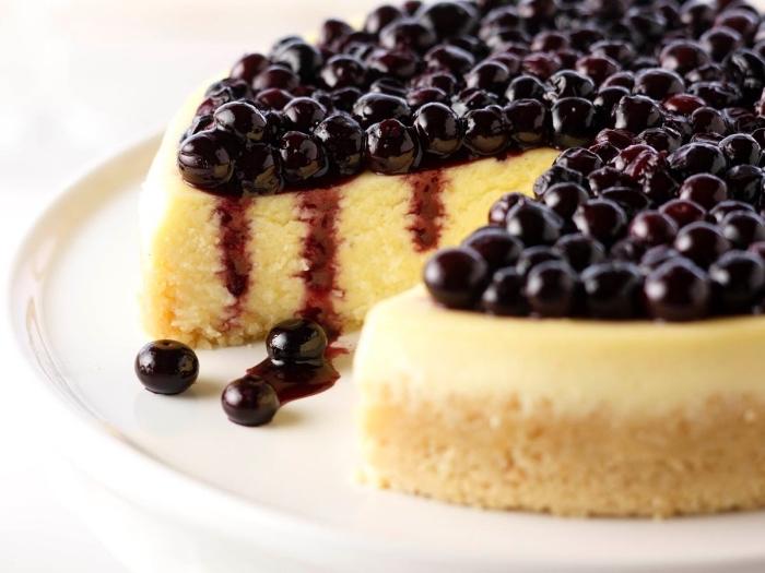 cheesecake à la vanille, au mascarpone et à la confiture de myrtilles, idée de gateau avec mascarpone classique