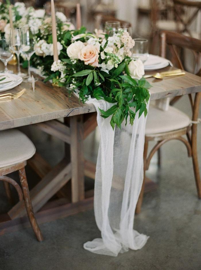 table en bois longue, chaises rétro, mariage rétro chic, guirlande de fleurs et ustensiles dorées