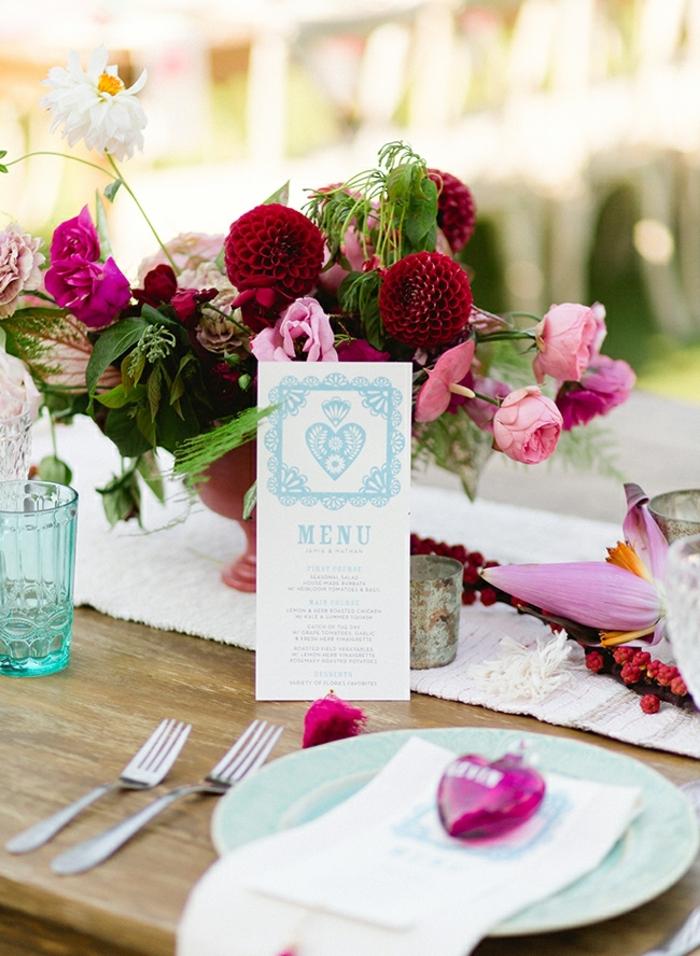 table de mariage, liste de menue, bouquet de fleurs romantique, chemin de table tissu, verre turquoise