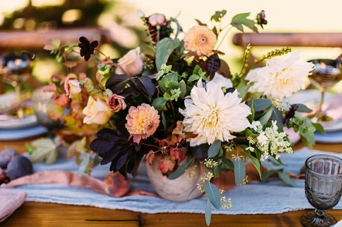 chemin de table bleu, bouquet champêtre plusieurs fleurs, bougeoir, ruban rose, table en bois