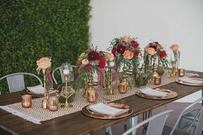 table en bois, chemin de table tissu, bougeoirs dorés, bouquets de roses, chaises design industriel