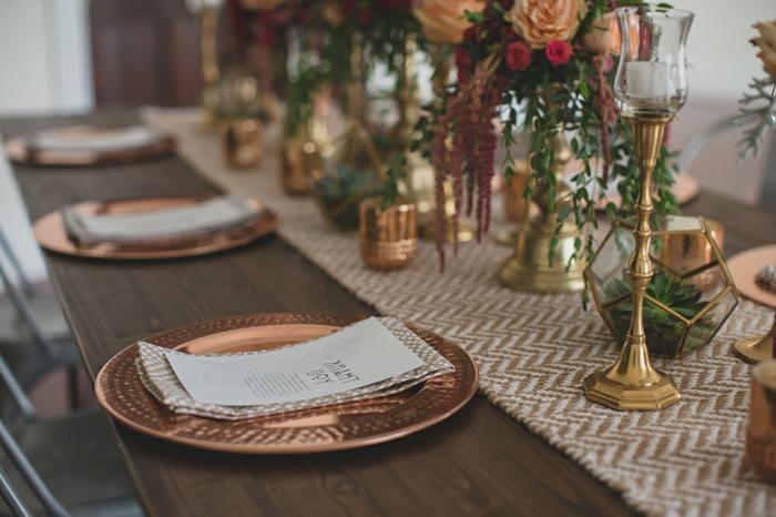 déco de table fantastique, assiettes cuivrées, chemin de table tissu, bougeoirs hauts dorés, bouquets de roses