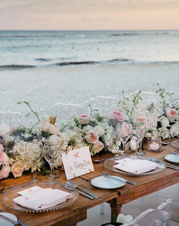 theme mariage mer, table en bois décorée pour un mariage, chemin de table floral en roses splendides