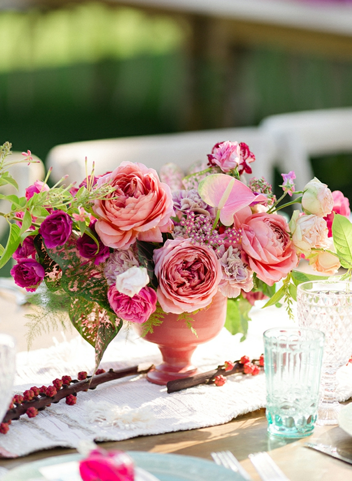 vase rose avec fleurs, chemin de table lin, table de fête en bois, verre turquoise en verre, chaises blanches