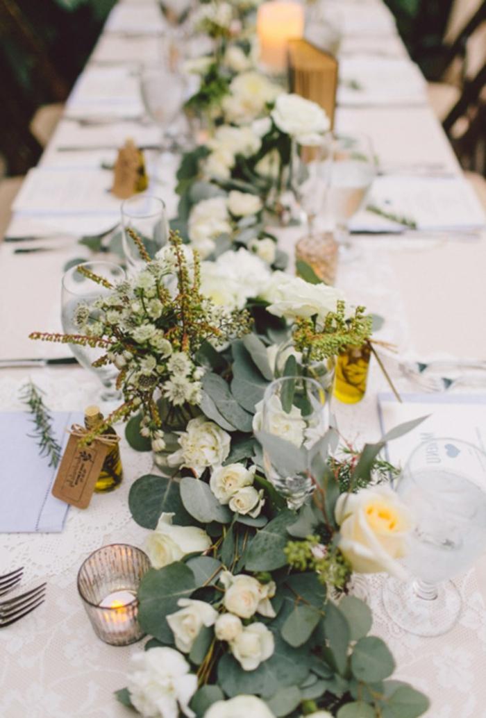 chemin de table floral en feuilles et fleurs blanches, déco de table de mariage sophistiquée et simple, table longue