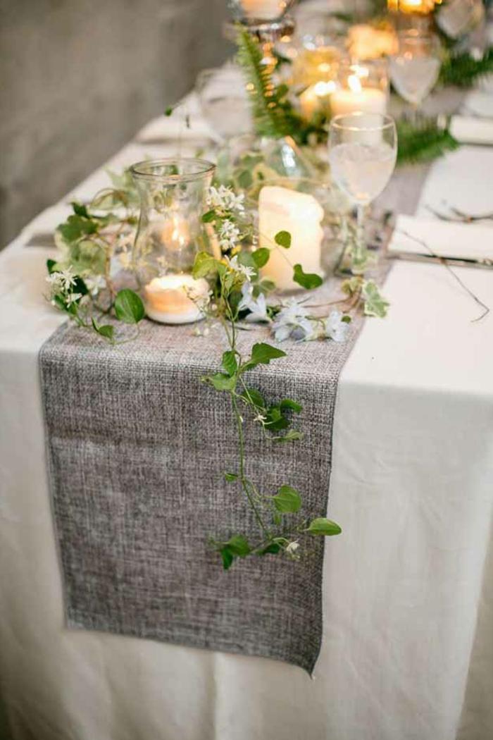 chemin de table pour mariage gris, chemin de table toile de jute, verres à vin, vases avec bougies, brins de plante grimpante