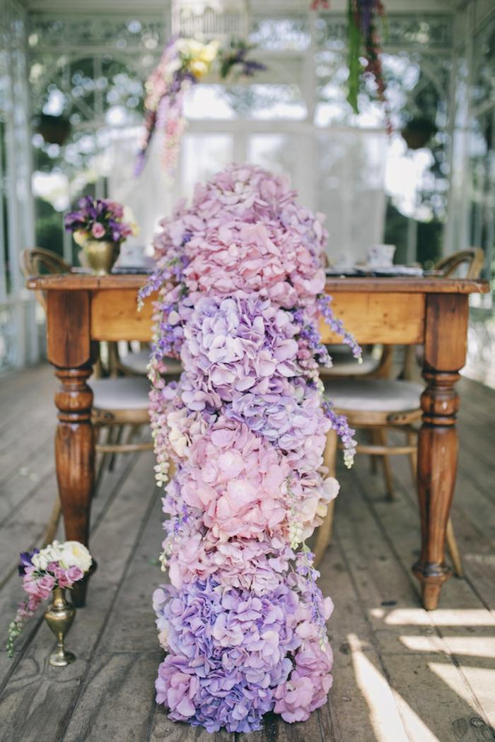centre de table mariage floral, grande guirlande de hydrangea de la gamme rose-violet, mariage champêtre