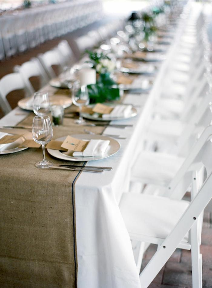 chemin de table toile de jute, longue table de réception de mariage, chaises blanches, nappe blanche, centre de table mariage vert