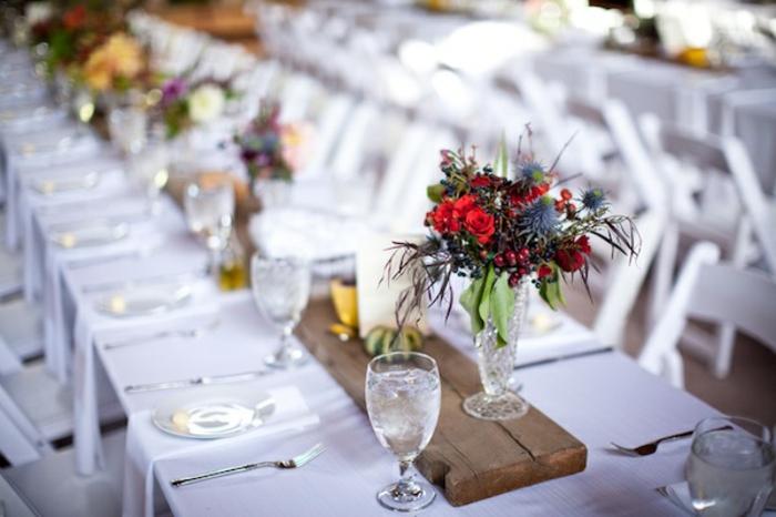 planche de bois comme centre de table mariage, bouquet simple, verres à vin, longues tables blanches