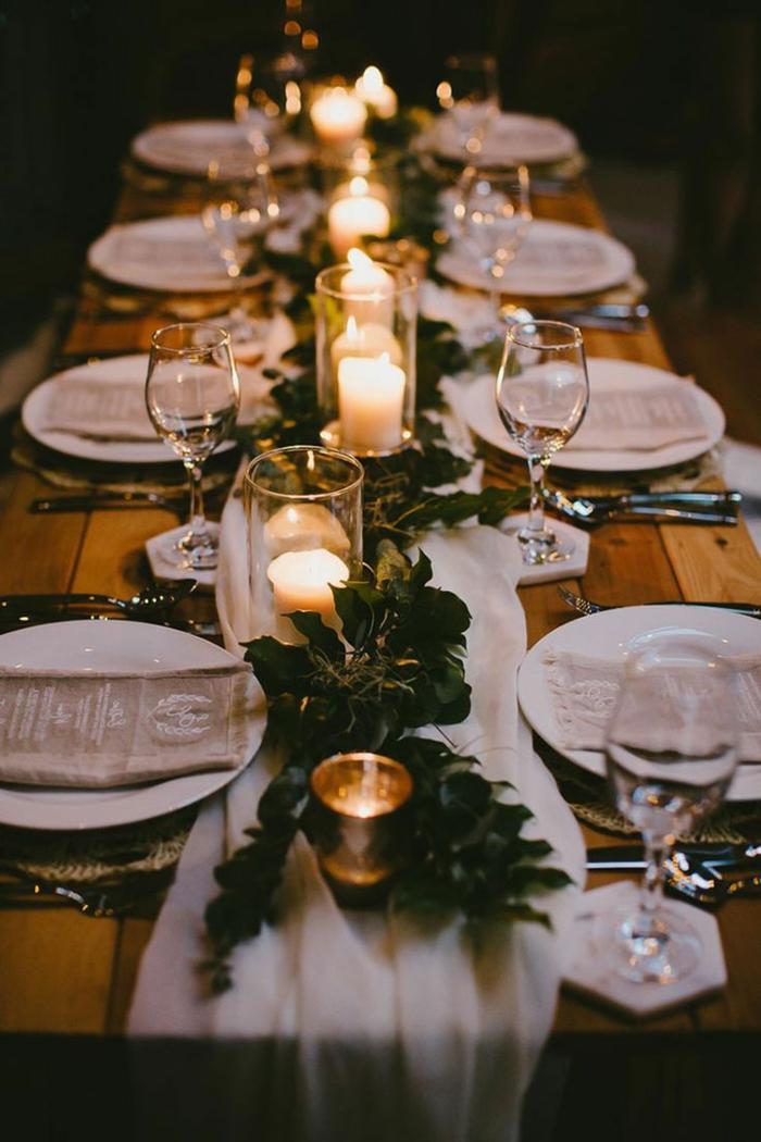 décoration romantique de table de fête, mariage champêtre chic, serviettes de jute, assiettes blanches, bougeoirs, table en planches de bois