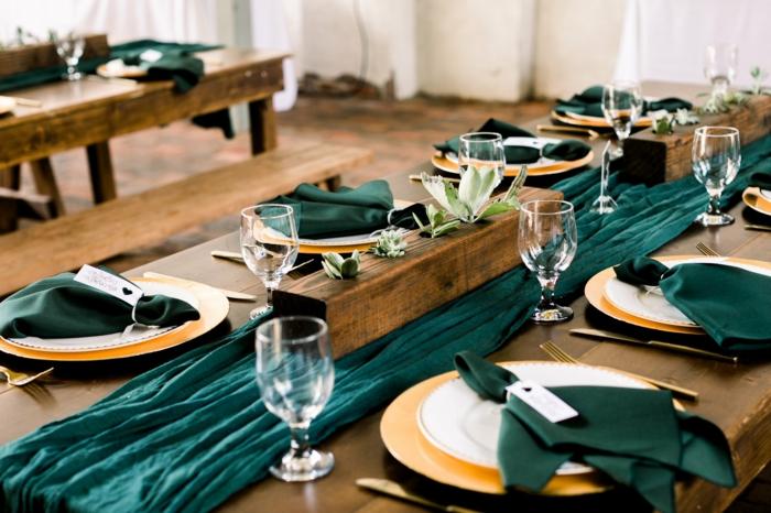 chemin de table vert, assiettes et bas d'assiettes arrangés, verres à vin, centre de table mariage jardinière pour succulentes, chemin de table turquoise