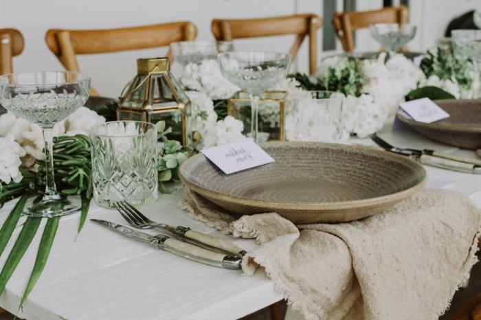 table de mariages décorée avec succulents, lanternes de verre et de métal doré, chaises en bois