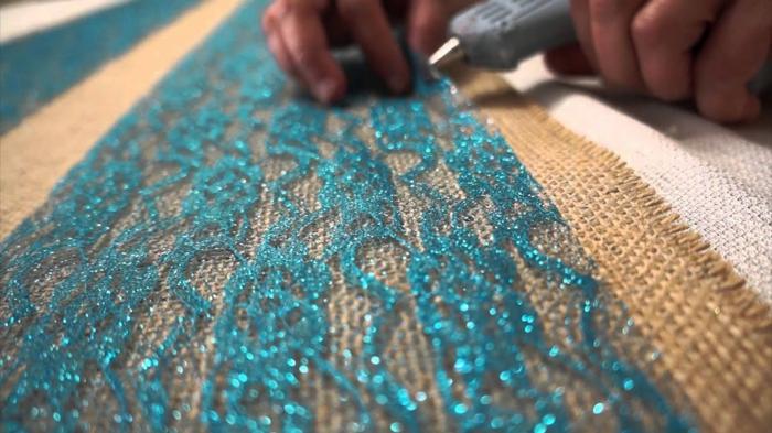 attacher une dentelle bleue à la toile de jute, chemin de table toile de jute dentelle pas cher