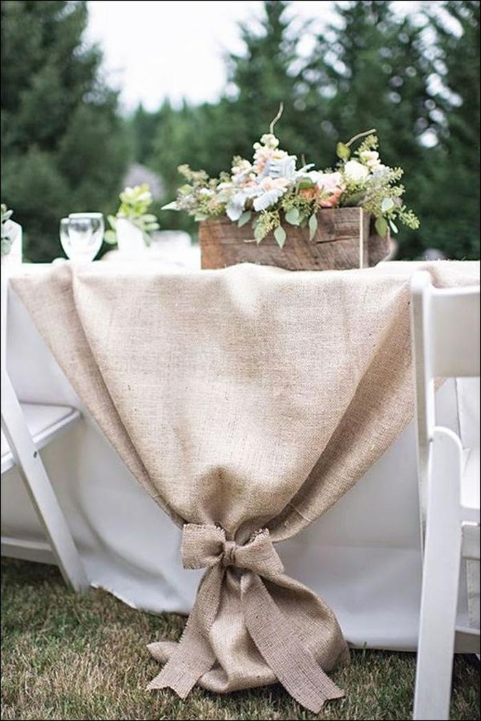 déco de table pour un mariage à l'extérieur, deco table mariage toile de joute nouée avec papillon