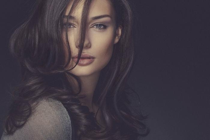 Modele cheveux longs coiffure bouclé, coiffure visage rond, coupe femme mi long le choix des femmes célèbres, femme beauté maquillage naturelle