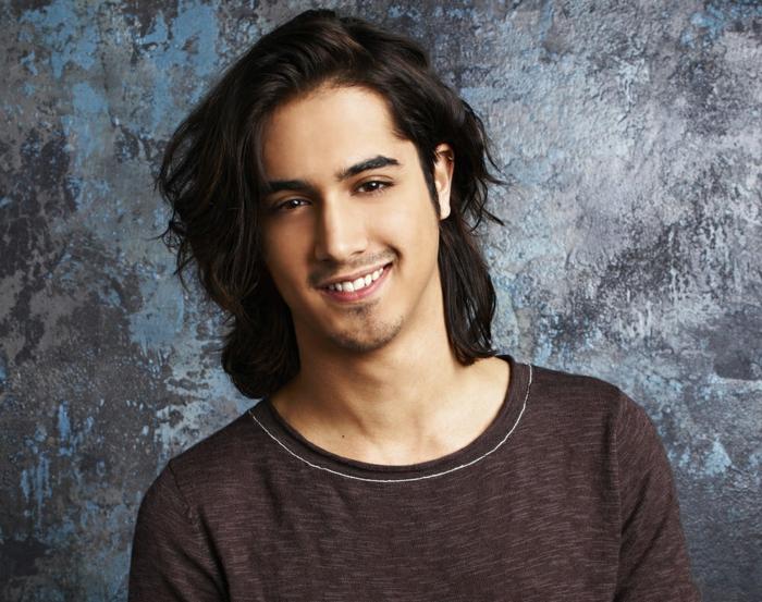 coupe pour ado garçon, coiffure homme cheveux longs, shirt marron, cheveux noirs, frange asymétrique