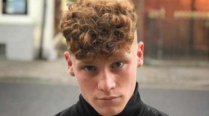 coiffure homme cheveux bouclés, couleur des cheveux roux, yeux bleus, coupe ado garcon originale